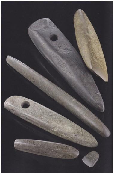 Das Steinbeil rechts oben ist von Hans Höffges aus Löveling.  Es stammt aus dem Michelsberger-Kulturkreis und ist vor ca. 6 000 Jahren hergestellt worden.